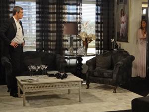 Ela se tranca no quarto para evitar discussão com o marido (Foto: Fina Estampa/ TV Globo)