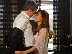 Em clima de romance, René e Tereza vão para cama (Foto: Fina Estampa/ TV Globo)