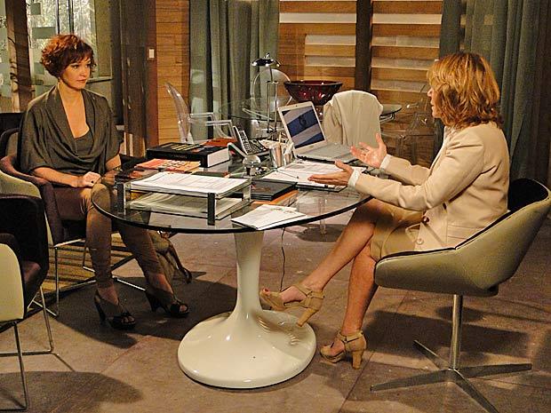 Esther abre o jogo com Danielle sobre a postura de Paulo (Foto: Fina Estampa/TV Globo)