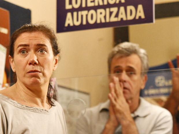 Griselda vai à loteria para tentar receber o prêmio sem comprovante (Foto: Fina Estampa/TV Globo)