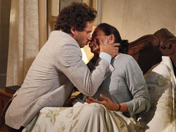 O português não se contém e beija sua amada (Foto: Fina Estampa/TV Globo)