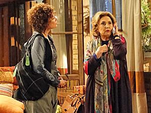 Íris fala ao telefone com Álvaro para tentar conseguir uma suíte (Foto: Fina Estampa/TV Globo)