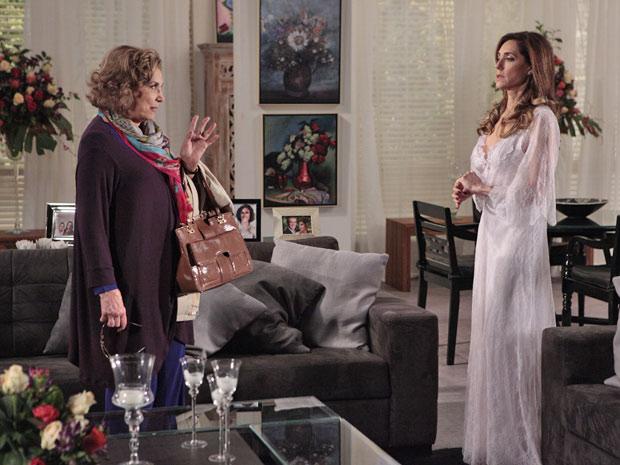 Íris conta a Tereza Cristina que ficará hospedada por um tempo na pousada (Foto: Fina Estampa/TV Globo)
