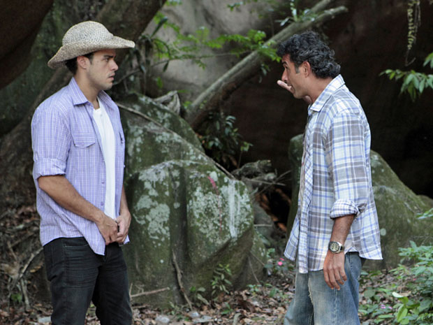 Abner tem medo da caverna mostrada por Josué (Foto: Morde & Assopra/TV Globo)
