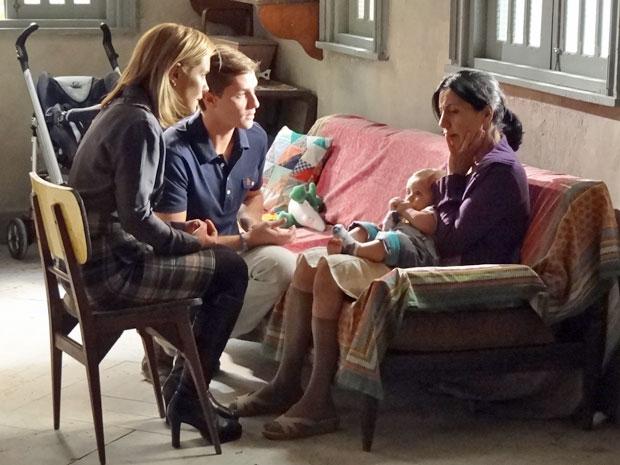 Júlia e Guilherme contam a Dulce que ela tem um tumor (Foto: Morde & Assopra/TV Globo)