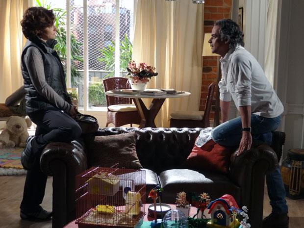 Marcos enfrenta Vitória e diz que ela não dá atenção para as filhas (Foto: A Vida da Gente - Tv Globo)