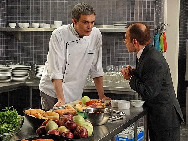 René afirma a Severino que fica vaidoso com o interesse de Vanessa (Foto: Fina Estampa/TV Globo)