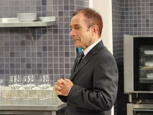 Severino fica surpreso com o que ouve do patrão (Foto: Fina Estampa/TV Globo)