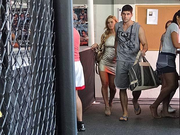 Wallace chega à academia para voltar ao octógono (Foto: Fina Estampa/TV Globo)