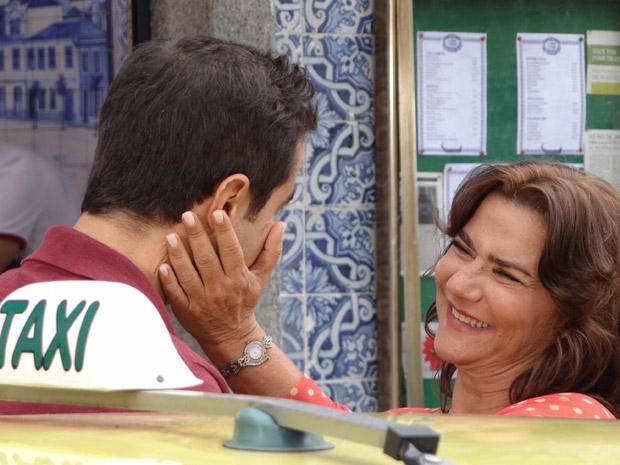 Vicente avisa a Amália que vai ao casamento de Lucena (Foto: Aquele Beijo/TV Globo)