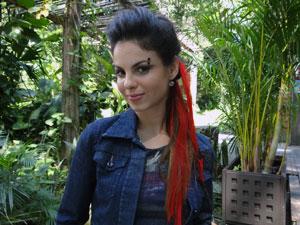 No detalhe, o piercing e as mechas vermelhas (Foto: A Vida da Gente - Tv Globo)