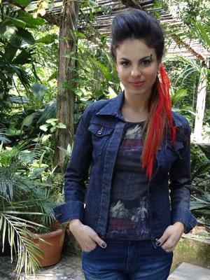 Alice passará a usar piercing, dread e mechas vermelhas (Foto: A Vida da Gente - Tv Globo)
