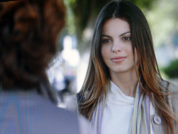 Iludida, Alice fica feliz com a proximidade de Vitória (Foto: A Vida da Gente - Tv Globo)