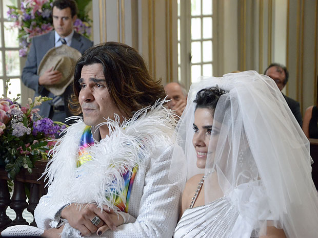 Áureo fica pensativo durante o casamento com Celeste (Foto: Morde & Assopra/TV Globo)