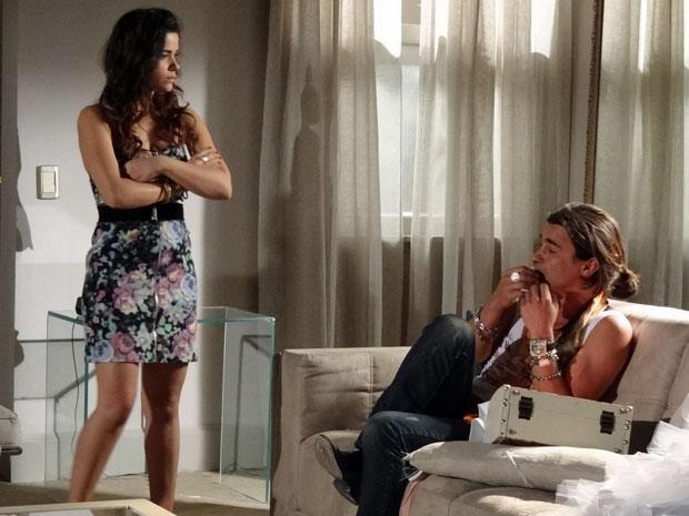 Celeste não gosta de ver Áureo desmanchando seu vestido de noiva (Foto: Morde & Assopra/TV Globo)