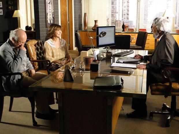 Celina e Henrique se animam ao saber novidades sobre o processo pela guarda do neto (Foto: Fina Estampa/TV Globo)