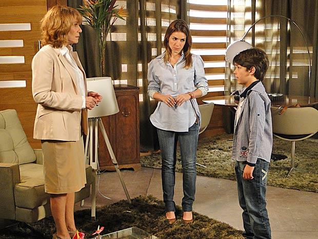 Danielle conta para Pedro Jorge que ele será ouvido pelo juiz (Foto: Fina Estampa/TV Globo)
