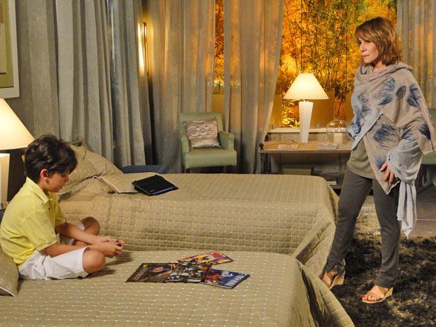 Danielle fica chocada com a afirmação do sobrinho (Foto: Fina Estampa/TV Globo)