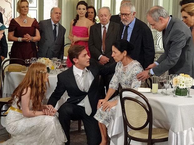 Dulce tem novo sangramento e deixa Guilherme preocupado (Foto: Morde & Assopra/TV Globo)