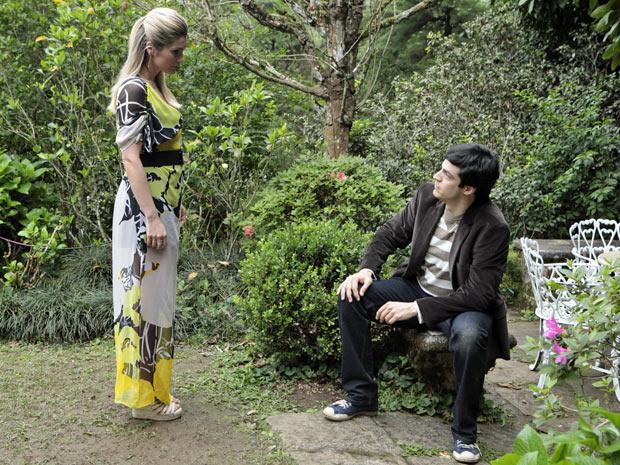 Naomi decide contar seu segredo a Ícaro (Foto: Morde e Assopra/ TV Globo)
