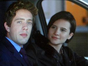 Rodrigo fica chateado e segue com Nina no carro (Foto: A Vida da Gente - Tv Globo)
