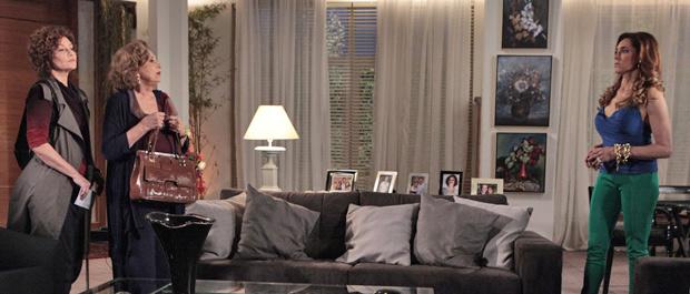 Íris chega de surpresa na mansão e pede jantar do Le Velmont (Foto: Fina Estampa/TV Globo)