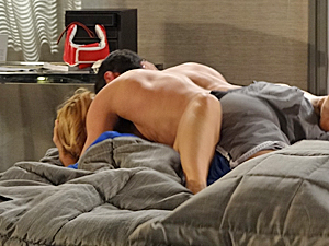 Lutador desmaia e deixa a esposa desesperada (Foto: Fina Estampa/TV Globo)