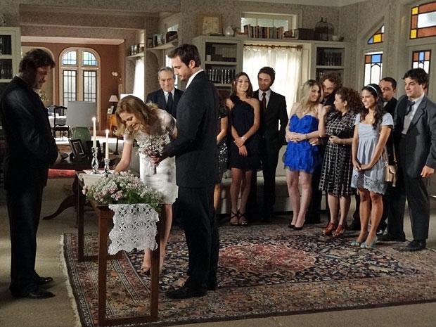 Melissa assina o livro de casamento e os dois selam a união (Foto: Morde & Assopra / TV Globo)