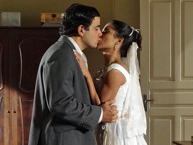 Xavier e Maria João se beijam antes mesmo do casamento (Foto: Morde & Assopra/TV Globo)