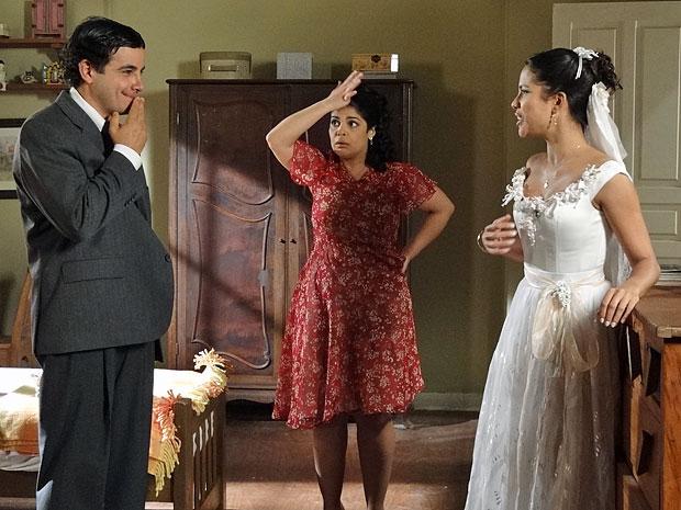 Marli aparece e expulsa Xavier do quarto (Foto: Morde & Assopra/TV Globo)