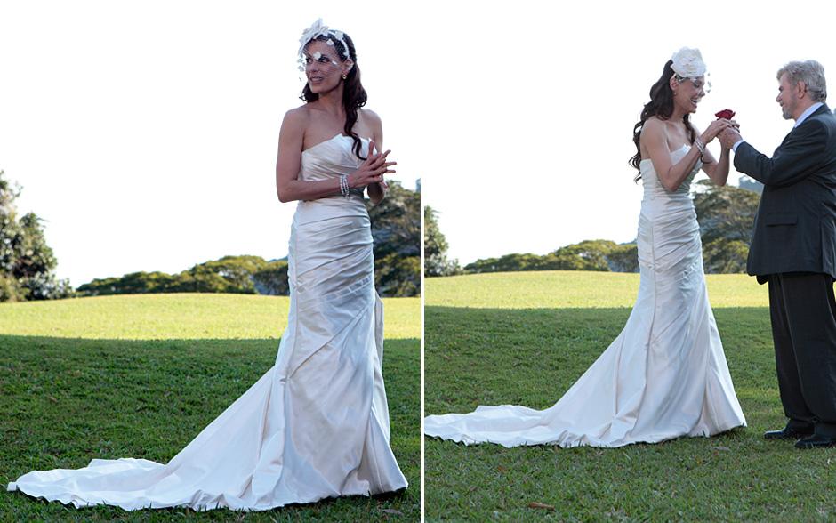 A calda do vestido é na medida certa: nem muito longa, nem muito curta