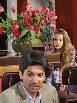 Desconfiada, a estudante observa seus colegas de escola (Foto: Fina Estampa/TV Globo)