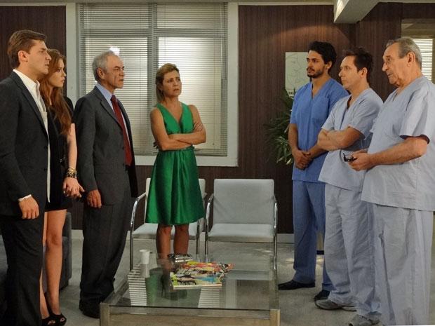 Eliseu lamenta a situação de Dulce e recomenda que ela fique internada (Foto: Morde & Assopra/TV Globo)