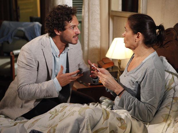 Guaracy invade o quarto de Griselda para contar que ela está milionária  (Foto: Fina Estampa/ TV Globo)