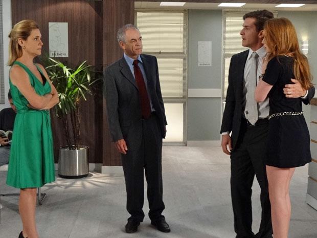 Guilherme recebe o apoio de Alice, Diogo e Júlia no hospital (Foto: Morde & Assopra/TV Globo)