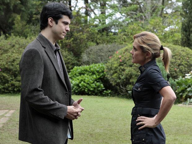 Ícaro não concorda com a opinião de Júlia (Foto: Morde & Assopra/TV Globo)