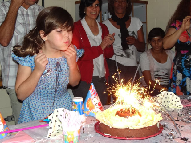 Klara assopra a vela do primeiro bolo (Foto: Morde & Assopra/TV Globo)
