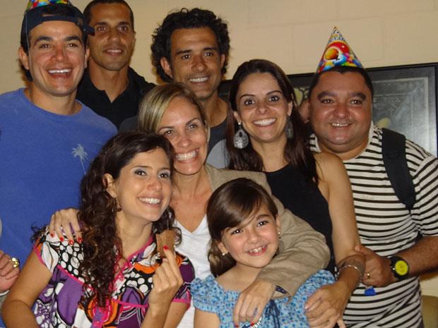 Klara Castanho recebe carinho no dia de aniversário (Foto: Morde & Assopra/TV Globo)