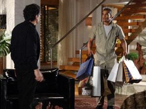 Matias chega em casa com as compras de Cris (Foto: A Vida da Gente - Tv Globo)