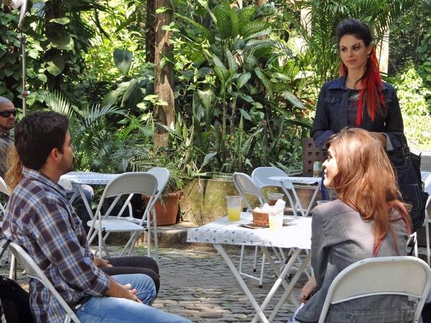 Alice chega de visual novo e tenta se enturmar (Foto: A Vida da Gente / TV Globo)