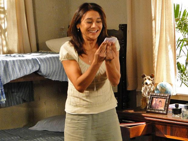 Celeste encontra o comprovante no quarto de Quinzé (Foto: Fina Estampa/TV Globo)