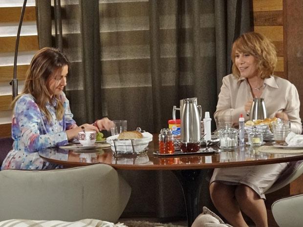 Beatriz diz para Danielle que Guilherme era seu grande amigo (Foto: Fina Estampa/TV Globo)