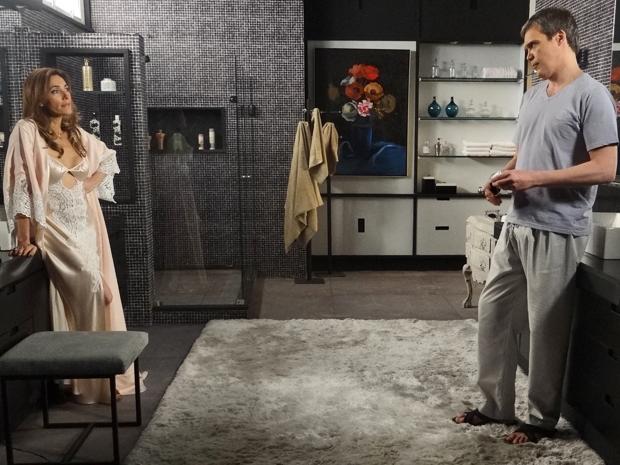 René aconselha a esposa a se ocupar com o que gosta e não com sua tia Íris (Foto: Fina Estampa/ TV Globo)