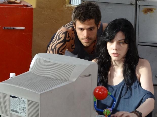 Alexia abre seu email e vê várias mensagens de seus pais (Foto: Malhação / TV Globo)