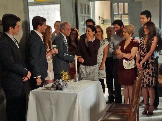 Dulce se emociona durante o casamento com Diogo (Foto: Morde & Assopra/TV Globo)