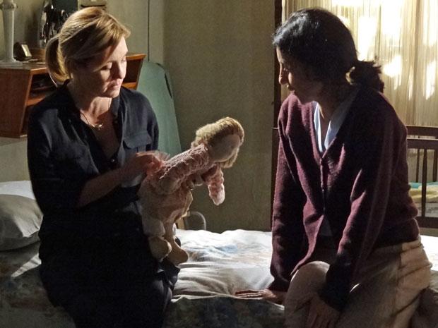 Dulce dá boneca de presente a Júlia (Foto: Morde & Assopra/TV Globo)