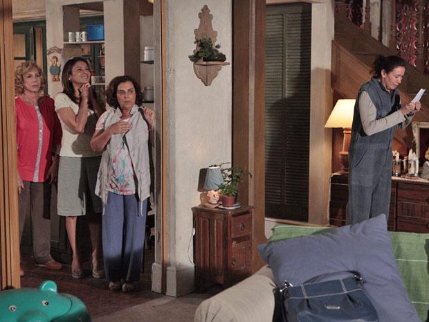 Celeste, Vilma e Isolina ficam felizes depois de ajudar a comadre (Foto: Fina Estampa/TV Globo)