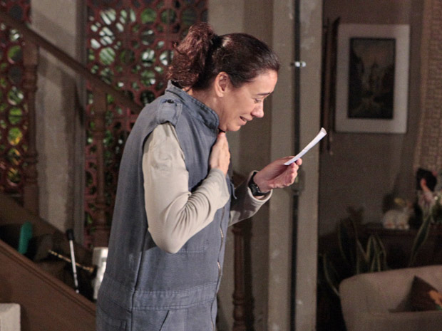 Griselda pensa em milagre quando vê o bilhete premiado (Foto: Fina Estampa/TV Globo)