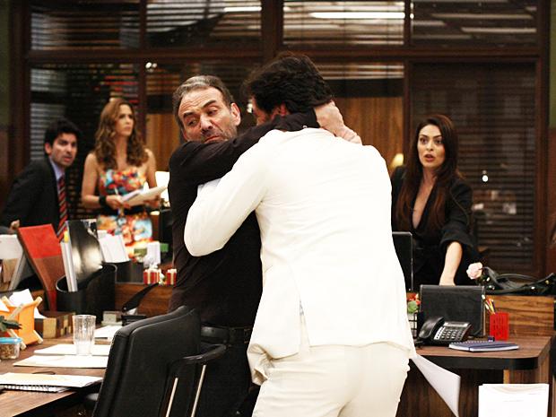 Os funcionários se espantam ao ver a violência (Foto: O Astro / TV Globo)
