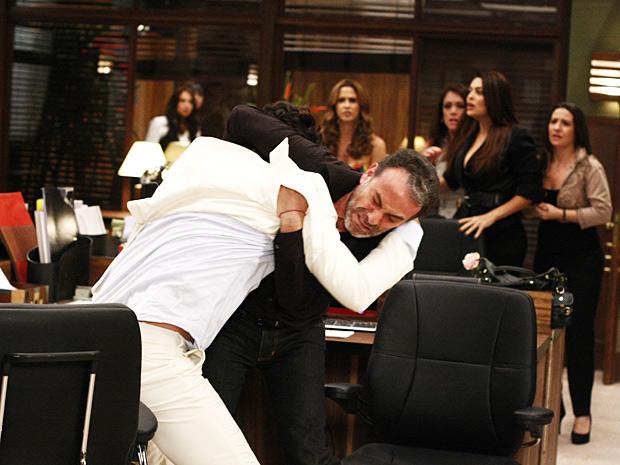 Samir e Herculano se agridem no meio da empresa (Foto: O Astro / TV Globo)